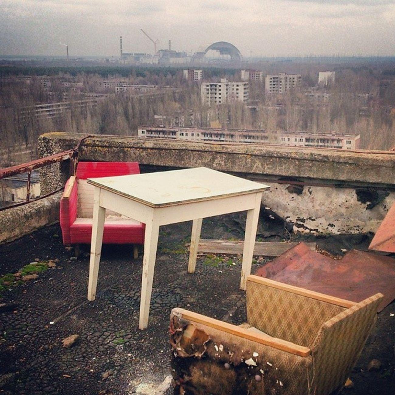 Нашим людям то что: ебали мы и вашу радиацию припять Мертвый_город артефакт чаэс атомная_станция pripyat dead_city abandoned_city nuclear_station roof
