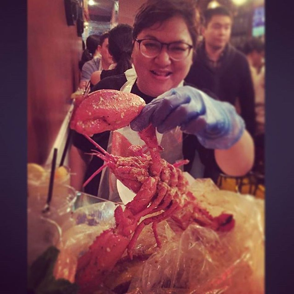 หิวแล้วเลยนึกถึงตอนตะลอนกินในนิวยอร์ก NYC Americanseafood แถวเมืองนี้ Lobster ล็อบเตอร์เค้าเยอะเป็นอะไรที่ต้องกิน แต่แบบใส่ถุงมือแกะเองแบบนี้บ้านเราก็มีหลายร้านแล้ว สำหรับร้าน the boil ในภาพอร่อยคะ คิวยาวเป็นชั่วโมงเลย แต่ก็มีระบบที่ดีเข้ามาบรรยากาศก็ดี บริการดี Recommended คะ Delicious Yummy