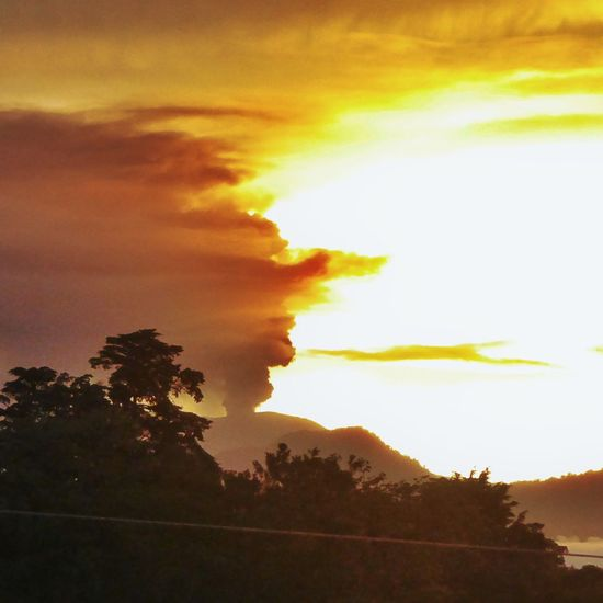 Sunrise And Clouds Sunrise Behind Volcano Volcano Eruption Costa Rica Volcan Turrialba Morning Sky Good Morning Dramatic Sky Negative Space