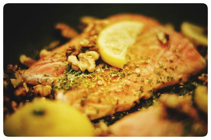 Lachs zum Mittag. Lachs Essen Pfanne Fisch Zitrone Walnüsse