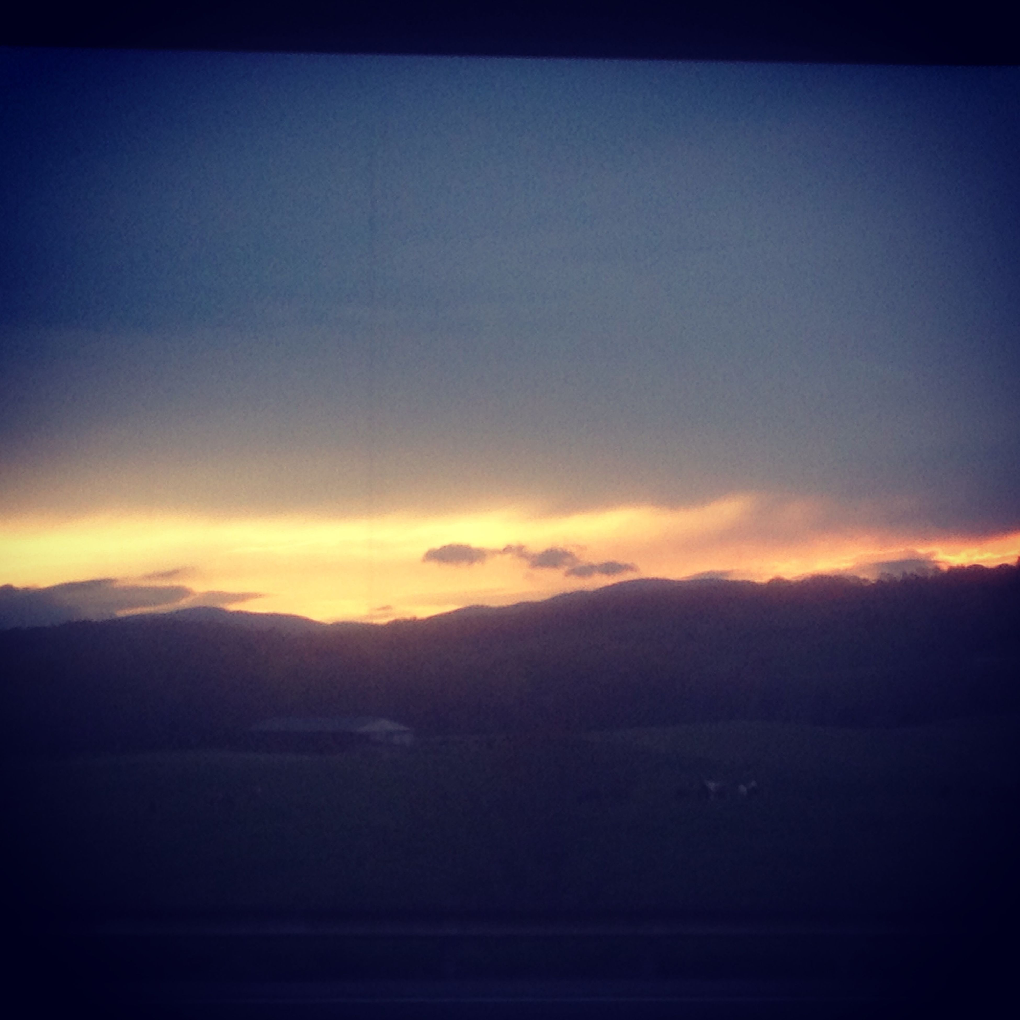 sunset, scenics, tranquil scene, sky, tranquility, beauty in nature, silhouette, orange color, nature, landscape, idyllic, copy space, cloud - sky, dusk, mountain, dark, cloud, outdoors, dramatic sky, no people
