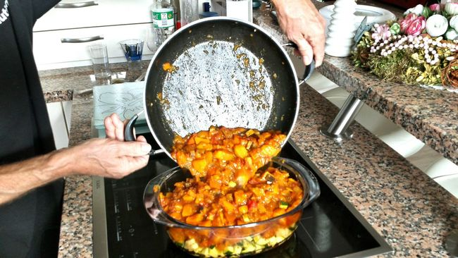 Küchenzauber In My Kitchen Cooking At Home Healthy Food Feuerfeste Schale Home Cooking Yummy Food Ragout Curry Beliebte Fotos Kochen In Offener Küche Open Kitchen Küchenbar Hands And Arms Helping Hands emptying a Pan Granite Granit - arbeitsplatte