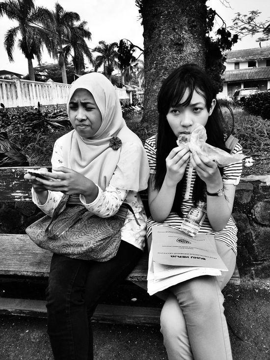 beginilah wajah kusut para mahasiswi akuntansi ahaha.. i'm sorry to took your photo girls Derp Face Looking Tired My Friends College Life