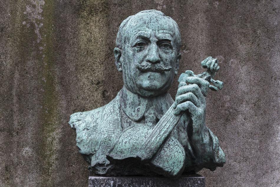 Édouard Louis Nadaud est un violoniste français né le 14 avril 1862 à Paris et mort le 13 février 1928 à Paris. Héritier de l'école classique du violon français, il a enseigné le violon au Conservatoire de Paris de 1900 à 1924. Cimetière De Montmartre Conservatoire De Paris Nadaud Sculpture Statue TakeoverMusic Violon Violoniste Violoniste Français Édouard Nadaud