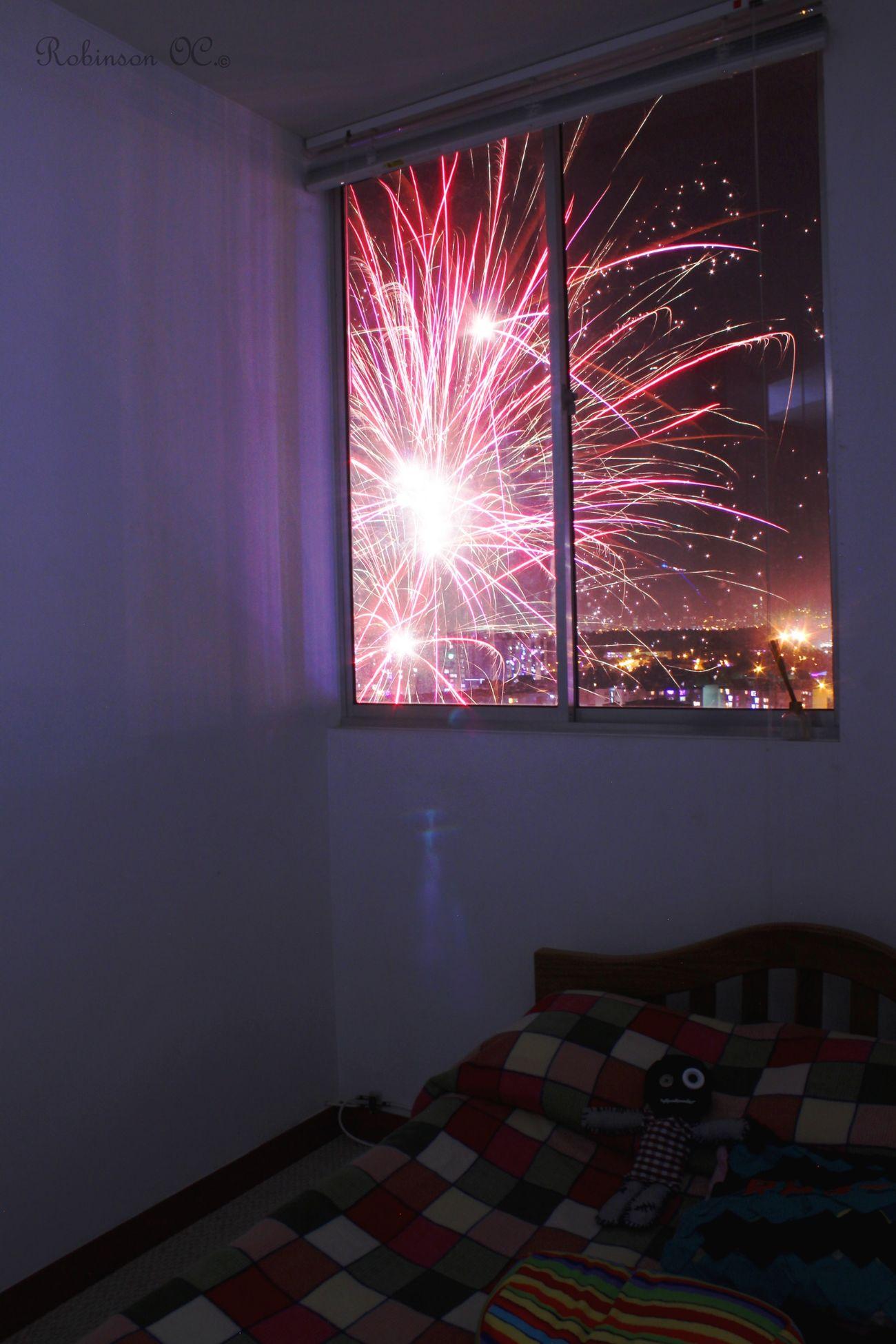 Con paciencia esperé y en mi ventana capturé. Taking Photos Luces De Ciudad Ventana De Luz Enjoying Life Luces De Navidad  Noche De Velitas Fuegos Artificiales Bogota,colombia.