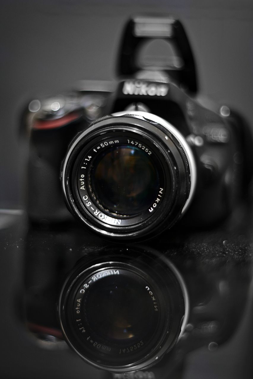 camera - photographic equipment, photography themes, lens - optical instrument, technology, photographic equipment, digital camera, photographing, old-fashioned, retro styled, close-up, camera, slr camera, no people, movie camera, digital single-lens reflex camera, modern, indoors, film industry, day