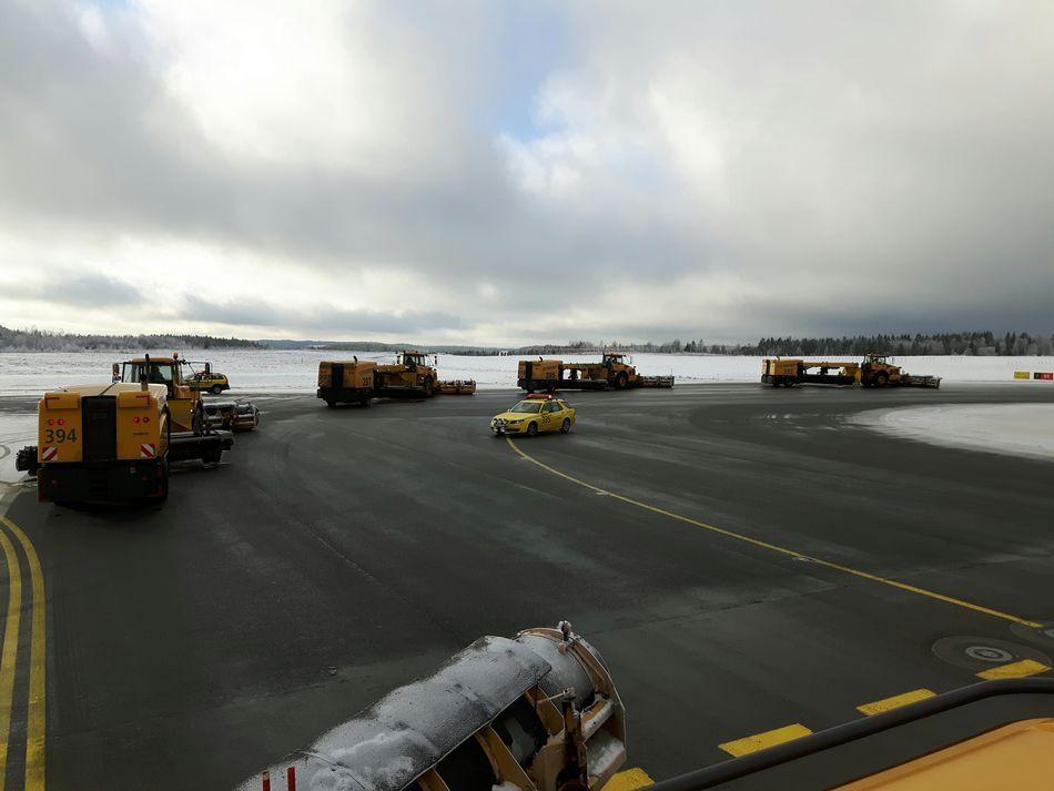 Göteborg Landvetter Airport (got) Heavy Equipment Wintertime In Sweden I Love My Job! Snow ❄ Taxi Yankee Samsungphotography Snapseed