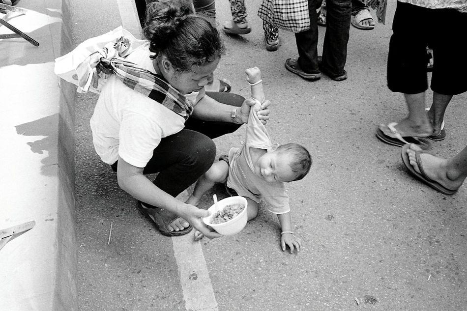 Break dance Street Streetphotography Leicacamera LeicaM7 Summicron Summicron 35mm Chiangmai Chiangmai Thailand Sitting Mom 135film 135 Buyfilmnotmegapixels Staybrokeshootfilm Filmisnotdead Film Photography Blackandwhite Bonding
