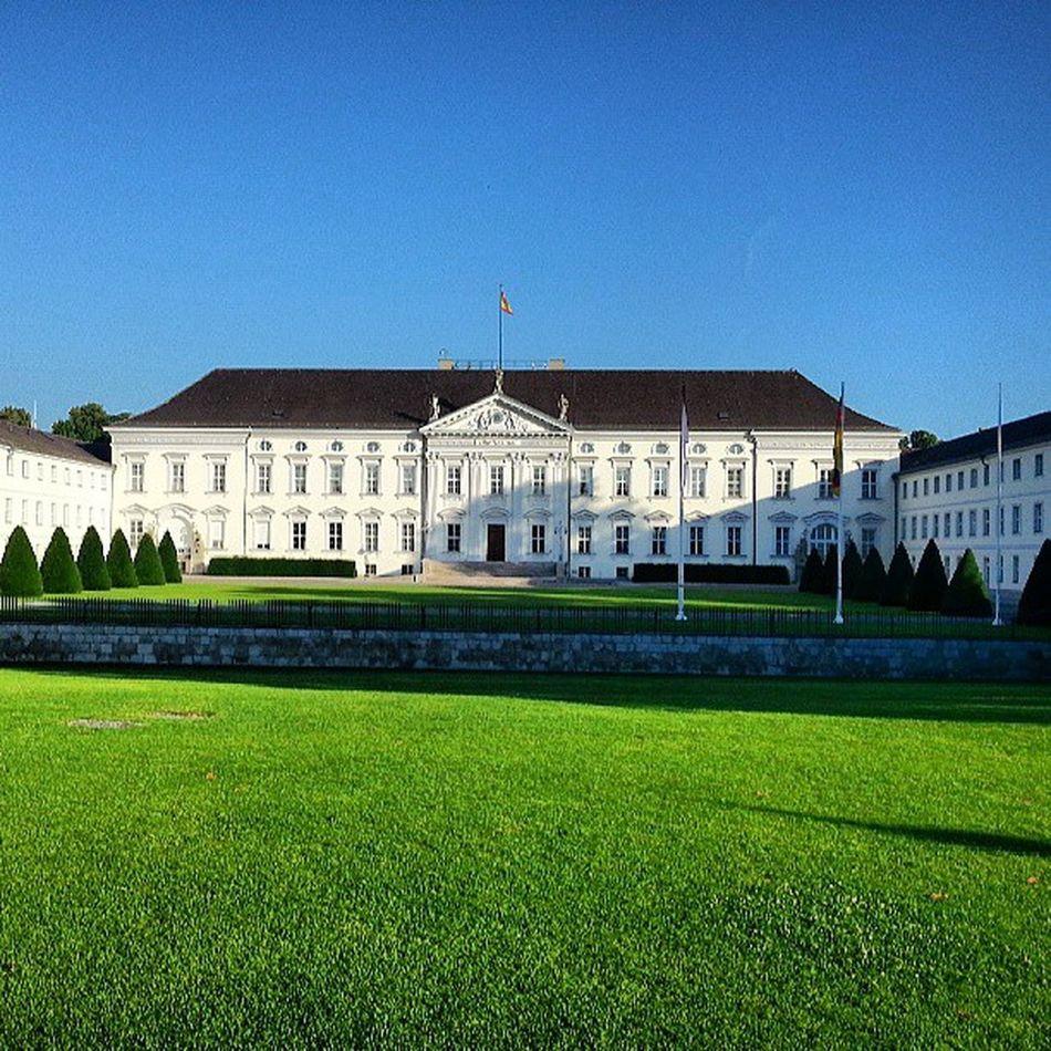 Schloss Bellevue in Berlin früh am Morgen. Photowalk Schlossbellevue Berlinmitte Berlin Germany Deutschland