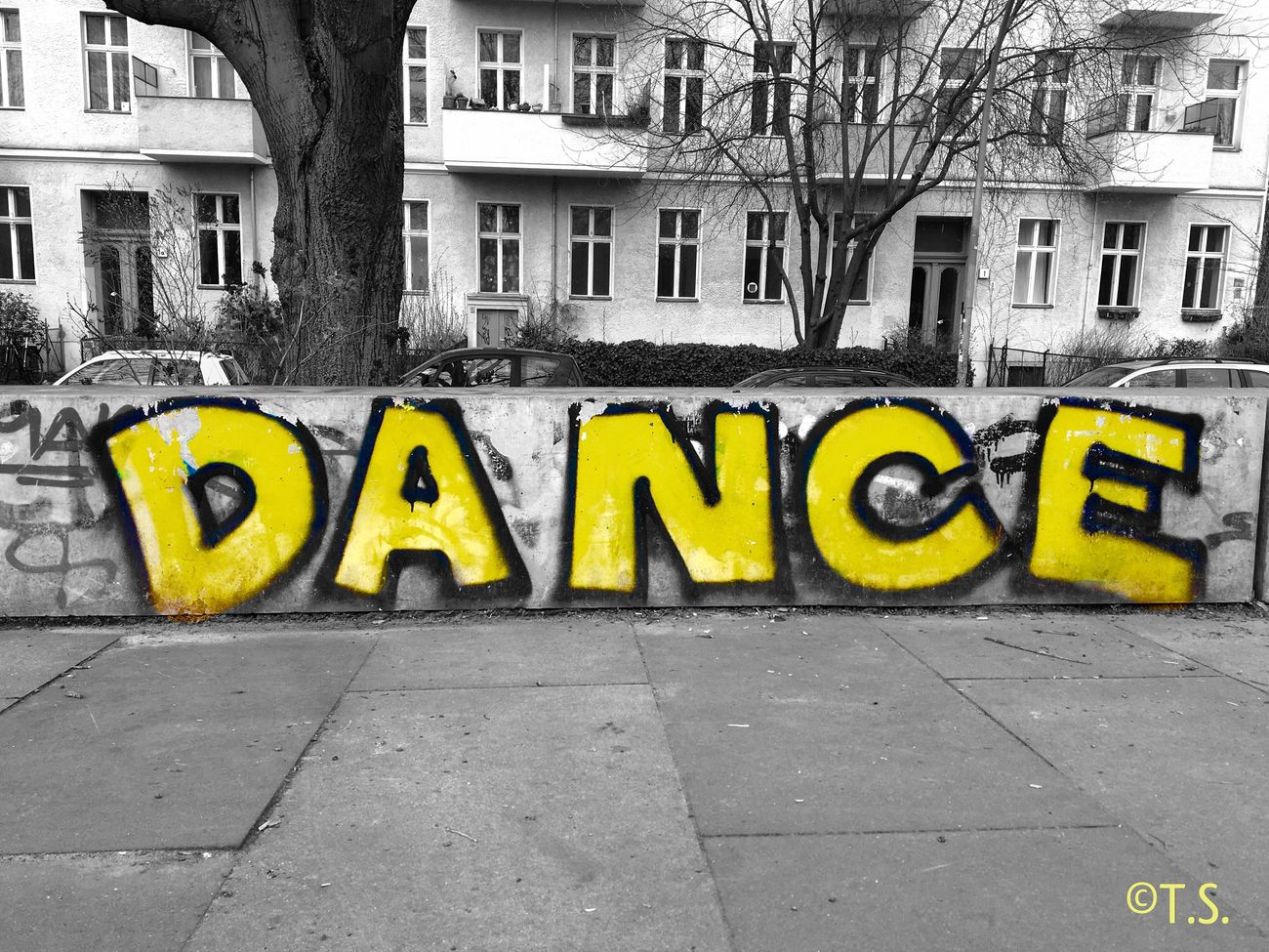 D.A.N.C.E. Street Outdoors Yellow Day City Graffiti Art Germany Moments Painted Streetart Streetstyle ArtWork Nice Streetphotography Graffiti Berlin Art Creativity No People Dance