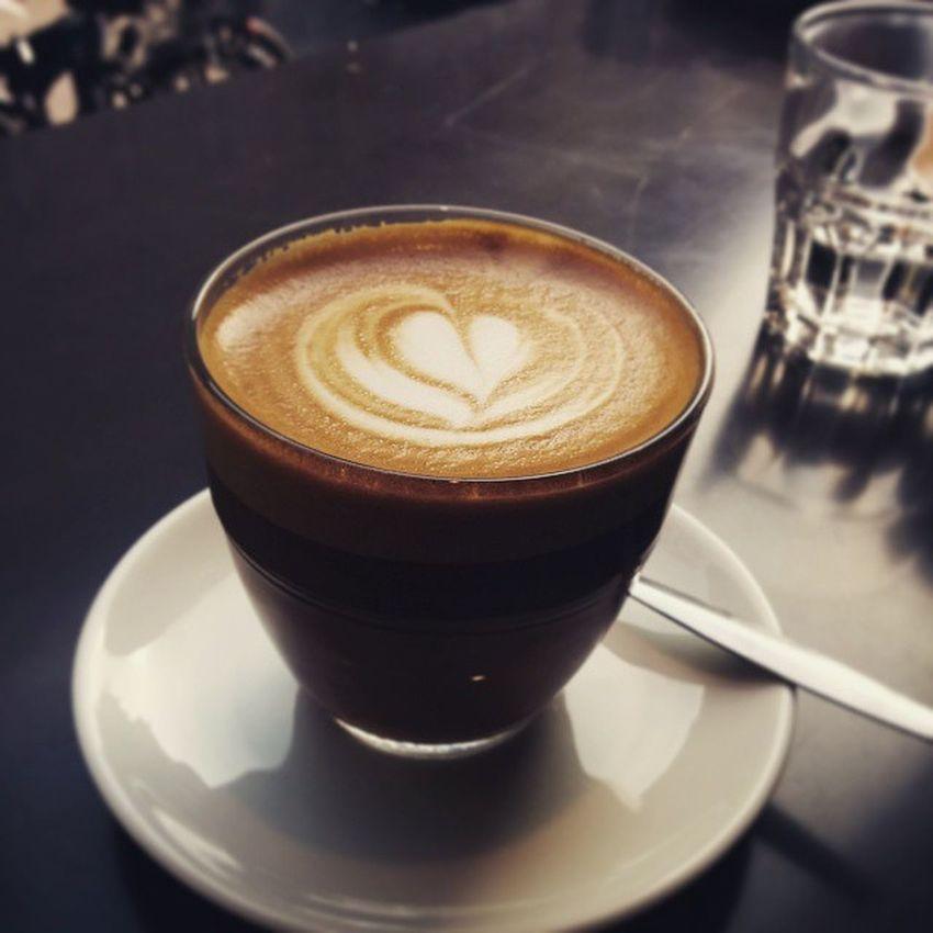 Neueste Studien haben ergeben, dass unsere Blutgefäße weniger schnell verkalken, wenn wir 4-5 Tassen Kaffee pro Tag trinken. Und wenn er dann noch so hübsch aussieht... 😊