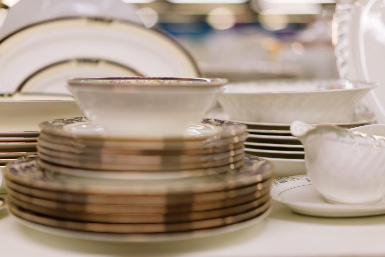 Indoors  Tea Cup Plate No People Japanese Tea Cup White Color Golden Gold White Shelf Arrangement Store For Sale Retail  Shopping Shelves Dishes Set Dishes Tea Set Close-up Plates