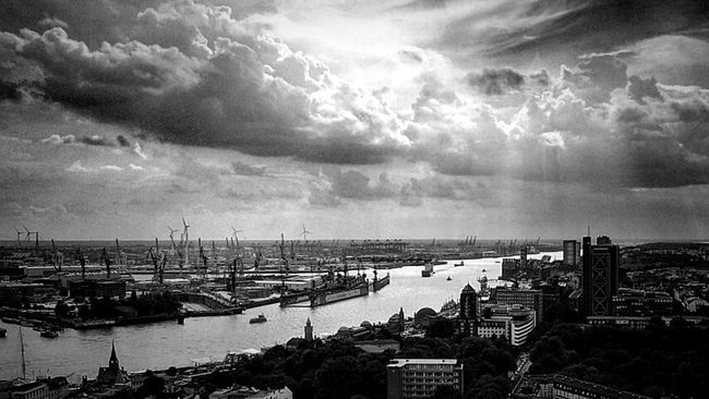 Bw_collection Black&white Eye4black&white  Blackandwhite Darkness And Light Black & White Fortheloveofblackandwhite Eye4photography  Monochrome Hamburg Hamburg Harbour HAMBURG ... Moin Moin Light And Shadow Clouds And Sky Cityscapes