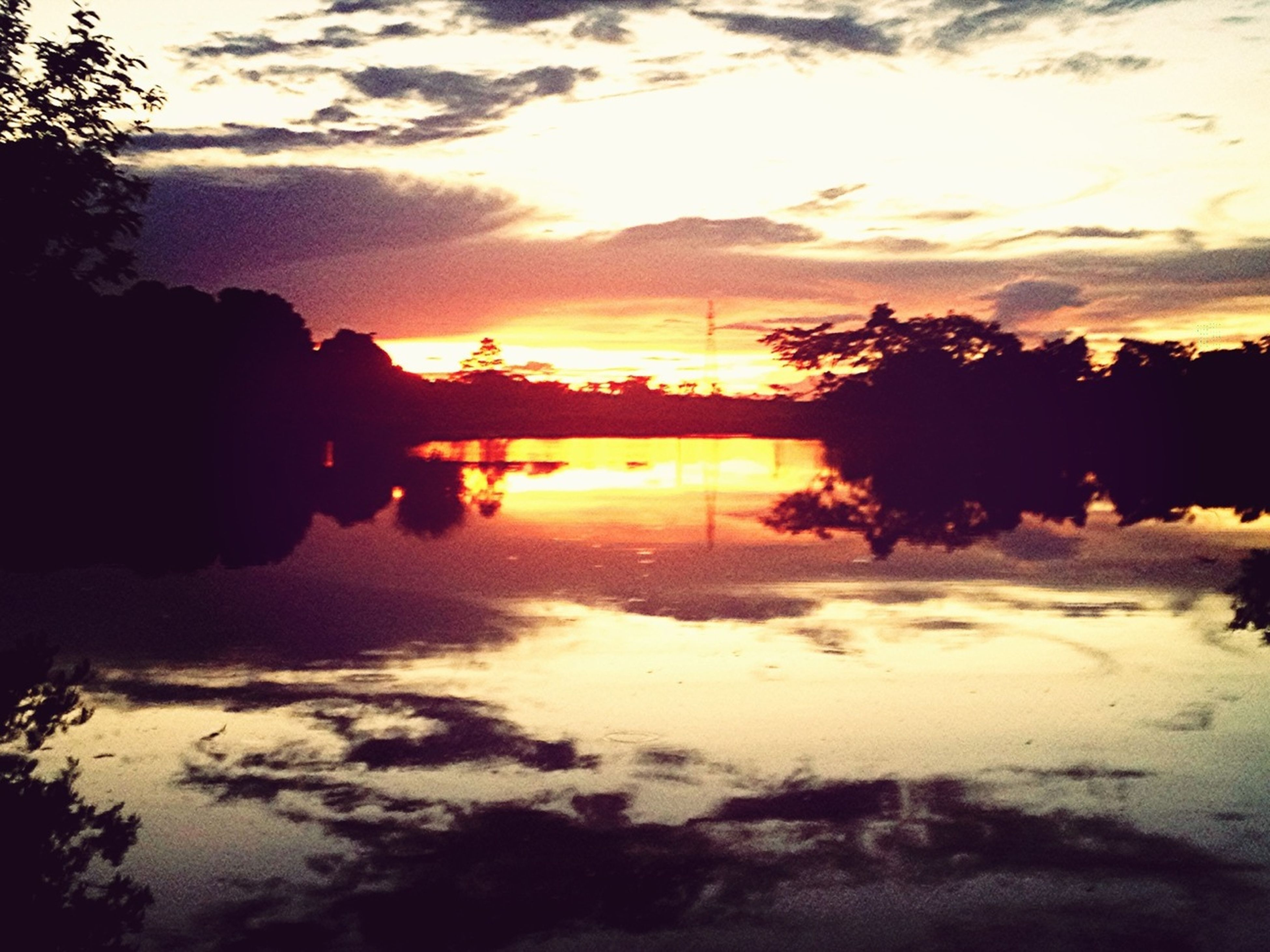 sunset, water, orange color, silhouette, sky, sun, scenics, beauty in nature, tranquil scene, tranquility, tree, reflection, cloud - sky, nature, lake, idyllic, river, sunlight, cloud, outdoors