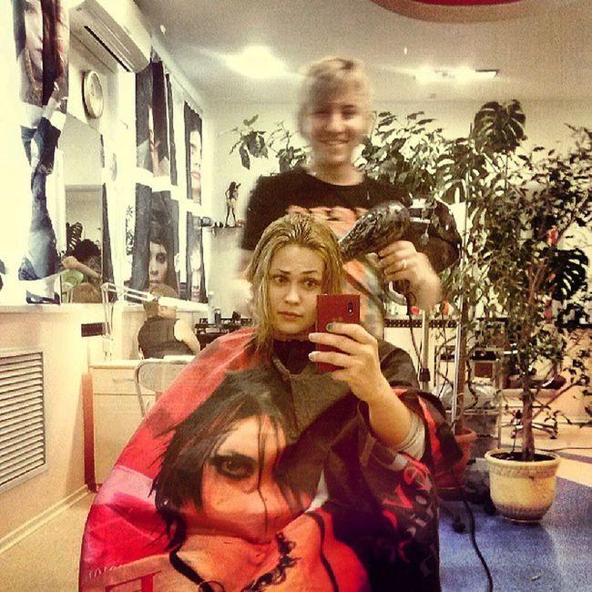 я на панике и Леша))) сишит уже мои вхлам обрубленные волосы