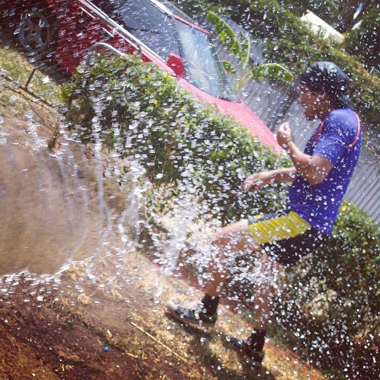 You cannot outrun me lovey hahahaha!!! 😂😂😂 💪Aussiesummer Paybacktime Targetgetsback Australiaday2016 Waterfight Bigkidswithkids Keepingupwithmem