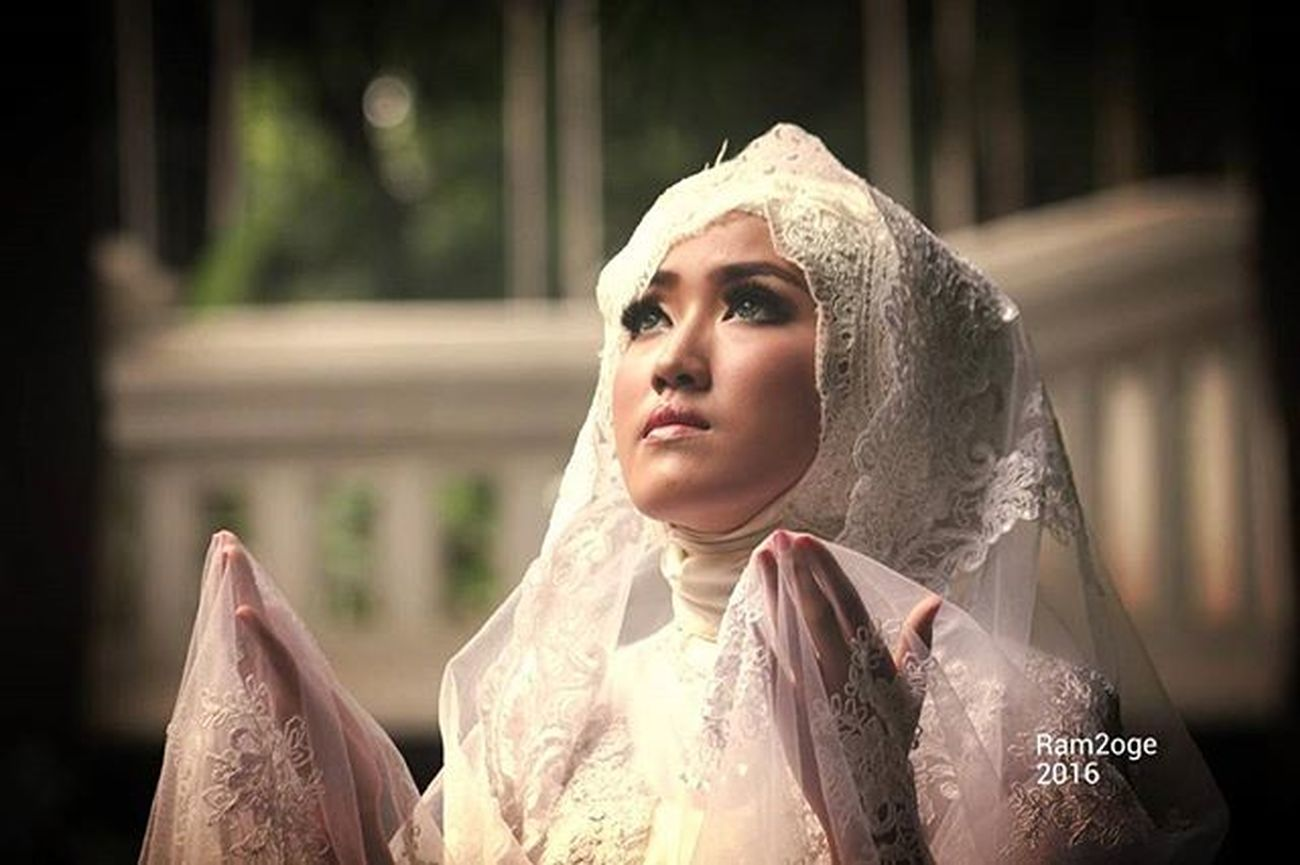 """ Do not stop praying"" Model : Harnum MUA & Wardrobe : Ine Mariyanti Kebaya Kebayamodern Hijab Hijabfashion Fashionhijab Photographers Photographie  Models Instapicture Instagood Instapic Photoshoot Instalike Explore"