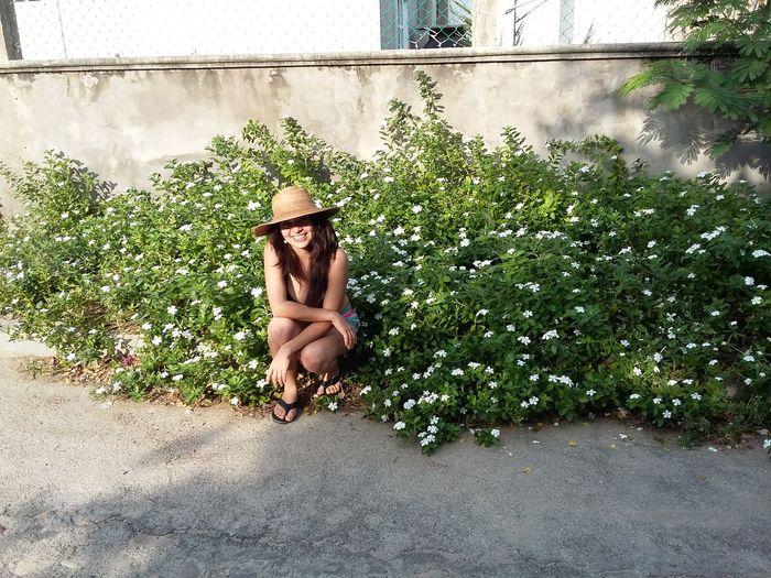 Hat & Sun Peace And Quiet Plentiful Smile White Flowers