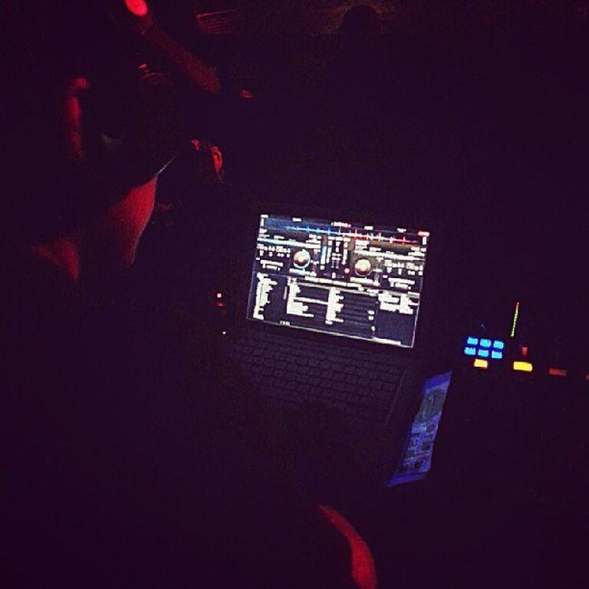 O @dadon3d o cara que escolhe sempre o som mais louco pra galera dançar no @orbitabar Mrjacksbirthdaybr Mrjacksbirthday Copacabanaclub Calmacara music backstage bar