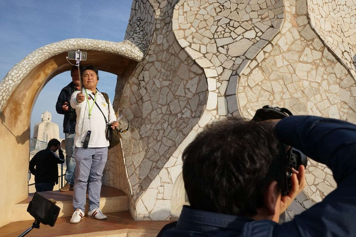 Taking Photos Of People Taking Photos Cheese! Barcelona Tourists Capture The Moment Funny Taking Photos Taking Photos Of Tourists Tourist Sony A7 Selfistick Taking Pictures Of People Taking Pictures Self Portrait The Tourist