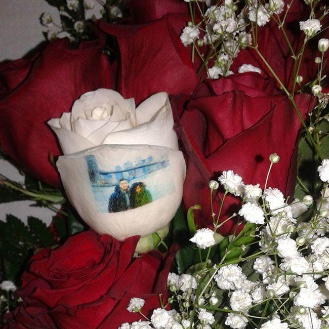 Un precioso recuerdo y motivo de regalo, un ramo de rosas con una de ellas con el petalo tatuado con una fotografia. Http://graficflower.com Ramoderosas Ramosderosas Rosaadomicilio Rosas Regalodiadelamadre Regaloparamadre Regalodiadelpadre Regalosdeaniversario RegaloDeCumpleaños Regalooriginal
