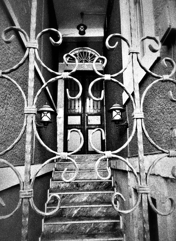 Hayır,  seninle gelmiyorum... Doors Black & White streetphoto_bw bnw bw_collection streetphotography blackandwhite black and white by Sinemis Koç