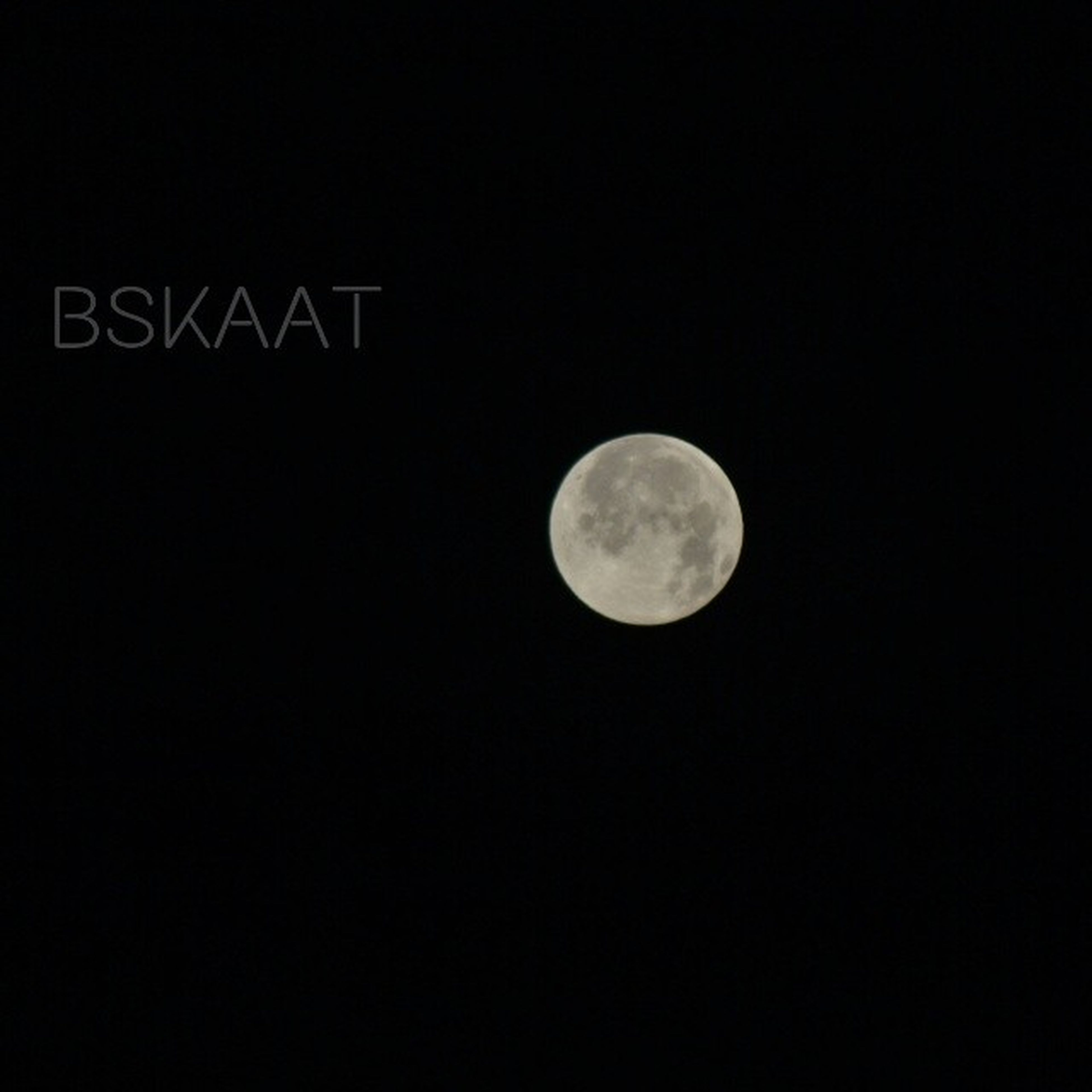 moon, night, astronomy, full moon, circle, copy space, planetary moon, clear sky, moon surface, tranquil scene, tranquility, scenics, dark, low angle view, beauty in nature, space exploration, discovery, nature, sky, sphere