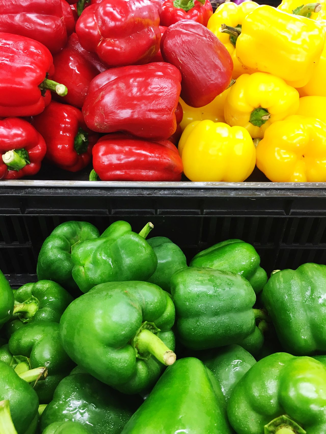 Capsicum Vegetable Freshness Bell Pepper Healthy Eating Red Bell Pepper Food And Drink Food Retail  Green Color Green Bell Pepper Full Frame Large Group Of Objects Backgrounds For Sale No People Market Multi Colored Market Stall Shelf Day Ready-to-eat Health Business Retail  Food And Drink