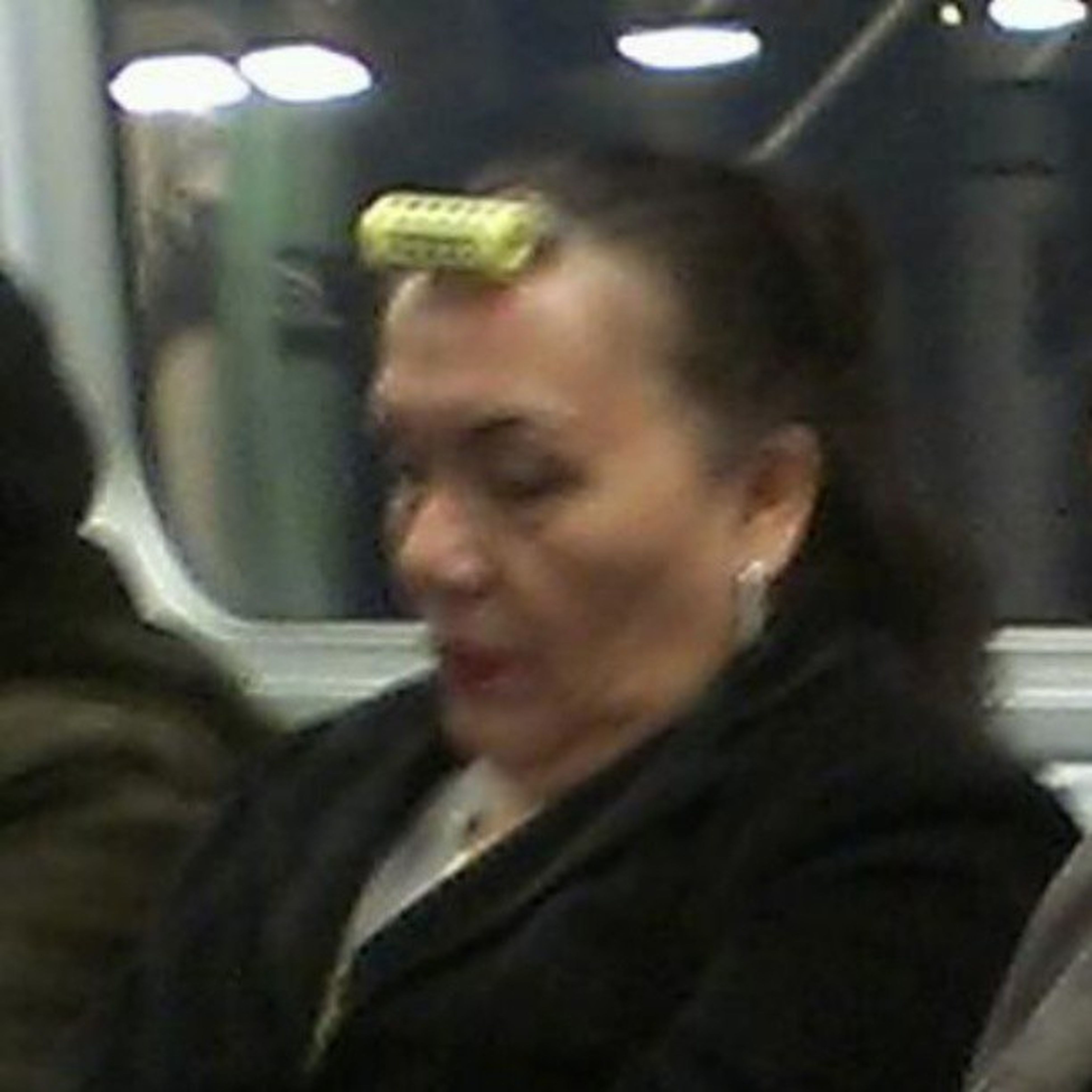 Smdh... The stuff you see on the train in the morning!!! Onthewaytowork Singlecurler Dontbescared  Sheknowswhatshesdoing ftrainantics earlymorninglaughs @guccilisalisa3