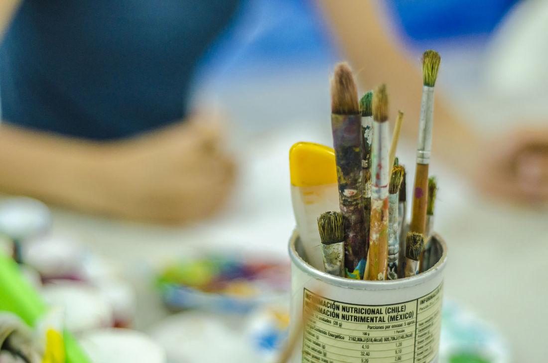 Pinceles y pintura Paintbrush Paint Artist Art Studio Indoors  Palette Close-up Arts Culture And Entertainment Oil Paint Painted Image People Woman Hand Dibujando Mano Dibujando Dibujante Indoors  Working
