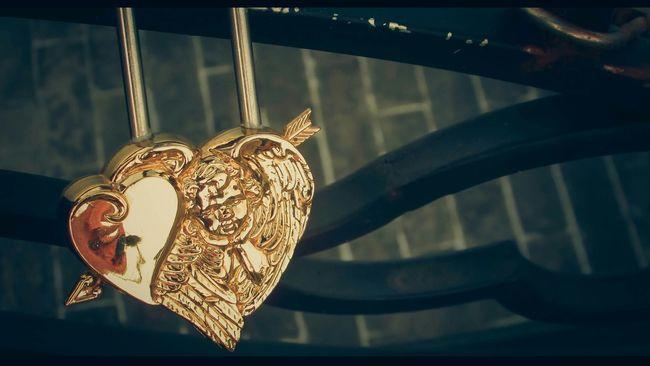 Love Cupid Lock Key Brigde EyeEm Best Edits EyeEm Best Shots EyeEm Gallery Danang Songhan Vietnam EyeEm Eyeemphotography Showcase June Eyeem Photography Yellow