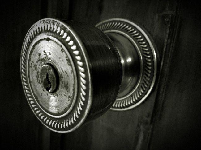 Only open the door... Door Puerta Cerradura Close Blackandwhite
