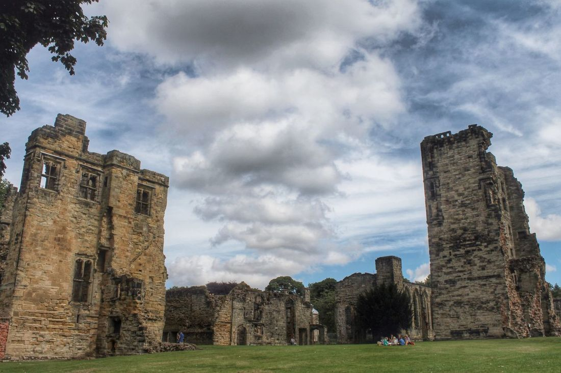 Hope you've all had a fabulous Friday and wishing you a wonderful weekend ahead... It's Friday It's The Weekend Enjoying Life Summer Streamzoofamily Castle Leicestershire English Heritage Castle Ruin For My Friends That Connect