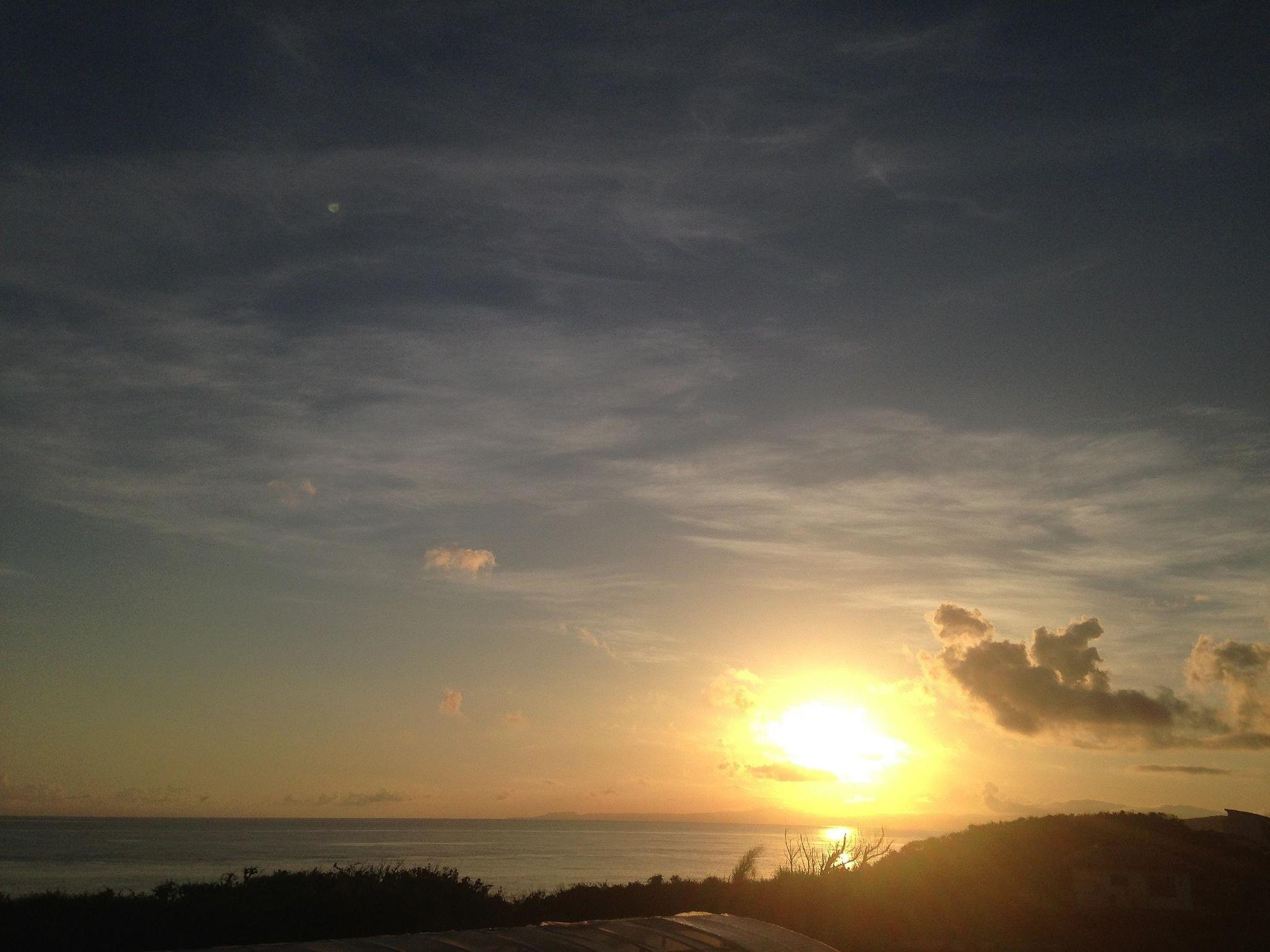 sea, sun, water, horizon over water, sunset, scenics, tranquil scene, beach, beauty in nature, tranquility, sky, shore, sunlight, nature, idyllic, sunbeam, lens flare, reflection, cloud - sky, outdoors