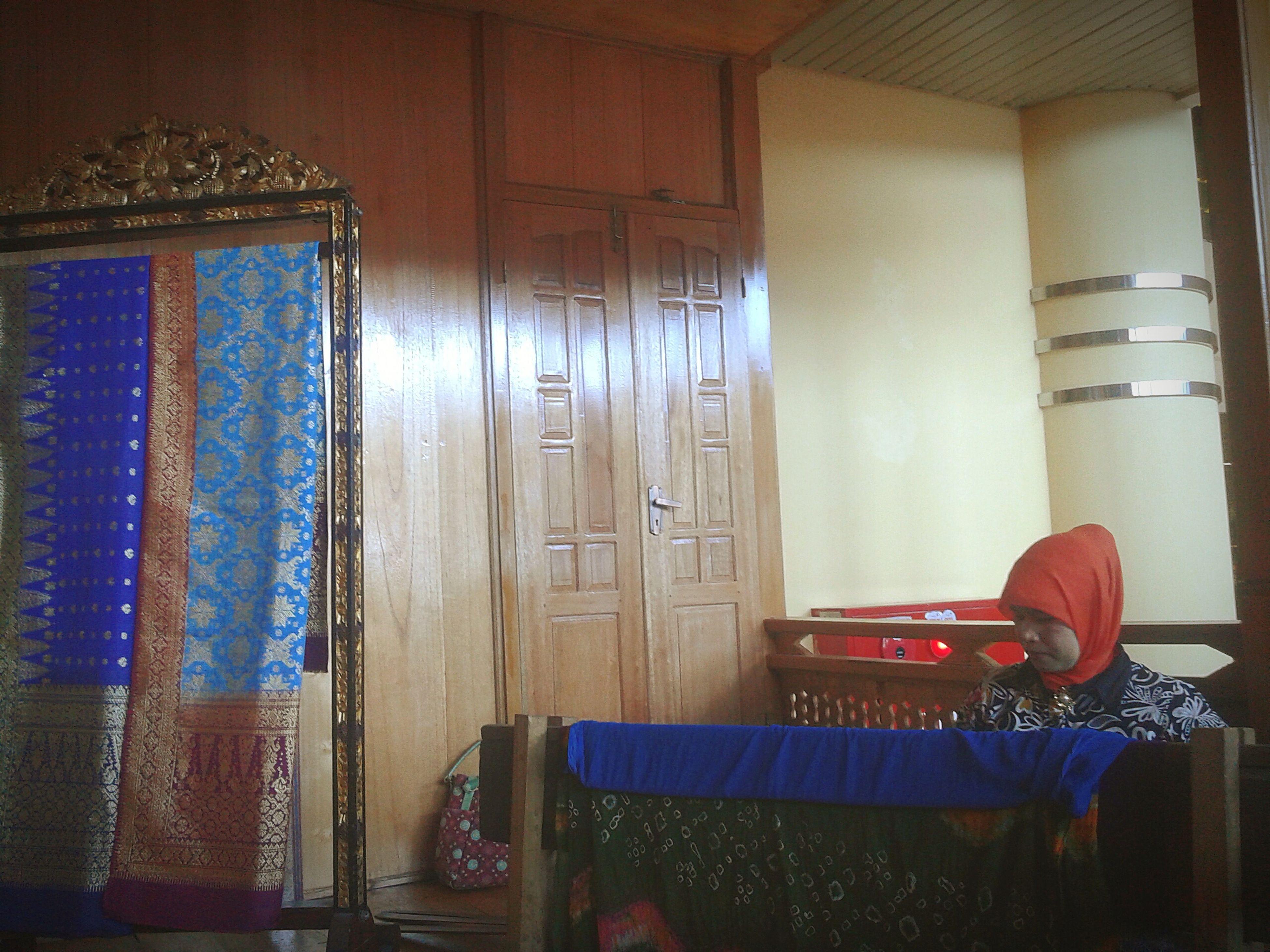 Tenun Songket Traditional Clothing Tenun Traditional Culture Traditional Fabric Sumatera Island Heritage Matters Songket Palembang Beautiful_indonesia Travelling Travel Destinations South Of Sumatra Sumateraselatan Tradition Visit Indonesia