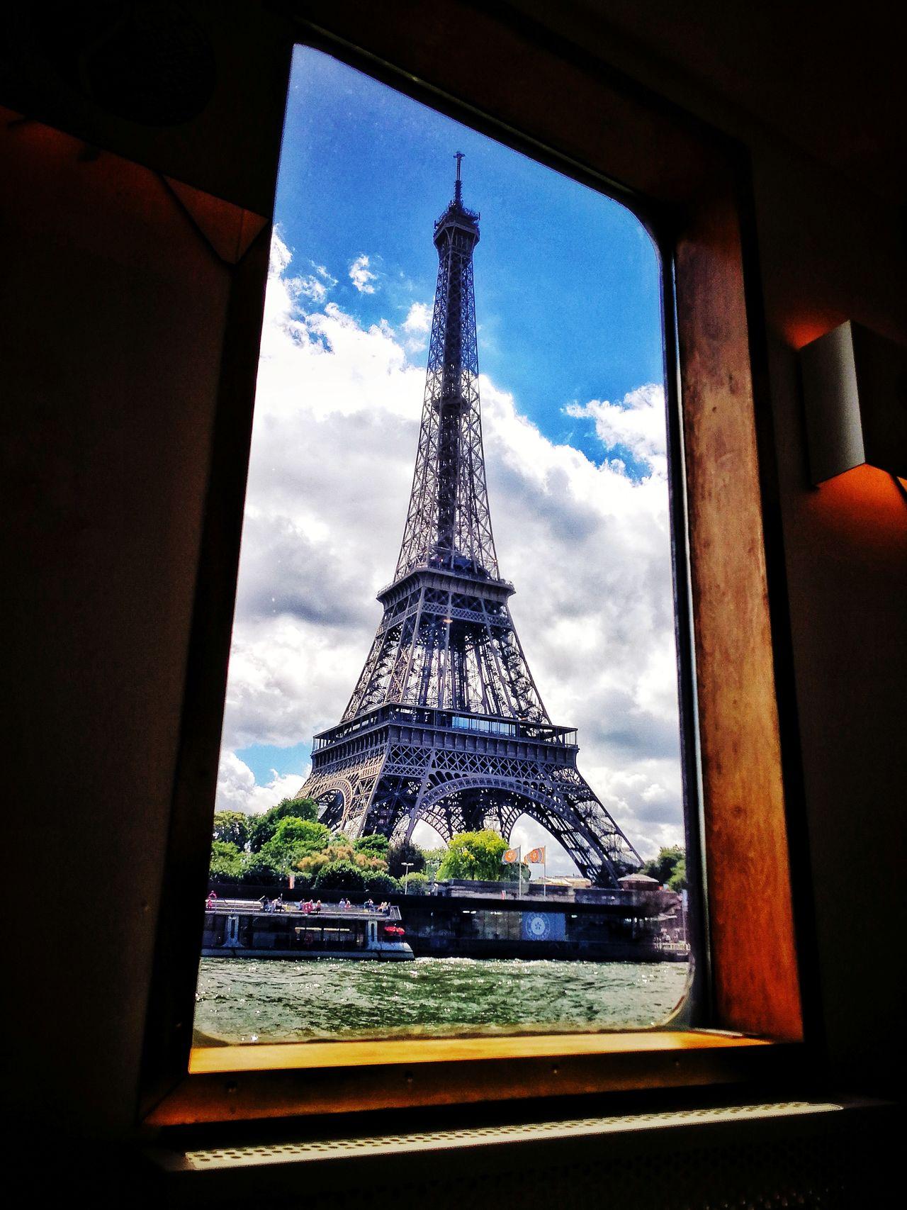 Fenêtre avec vue sur monument parisien. Window Tower Architecture Built Structure Travel Destinations Sky Travel Cloud - Sky No People Building Exterior Cityscape City Paris Eiffel Tower Tour Eiffel Tourism