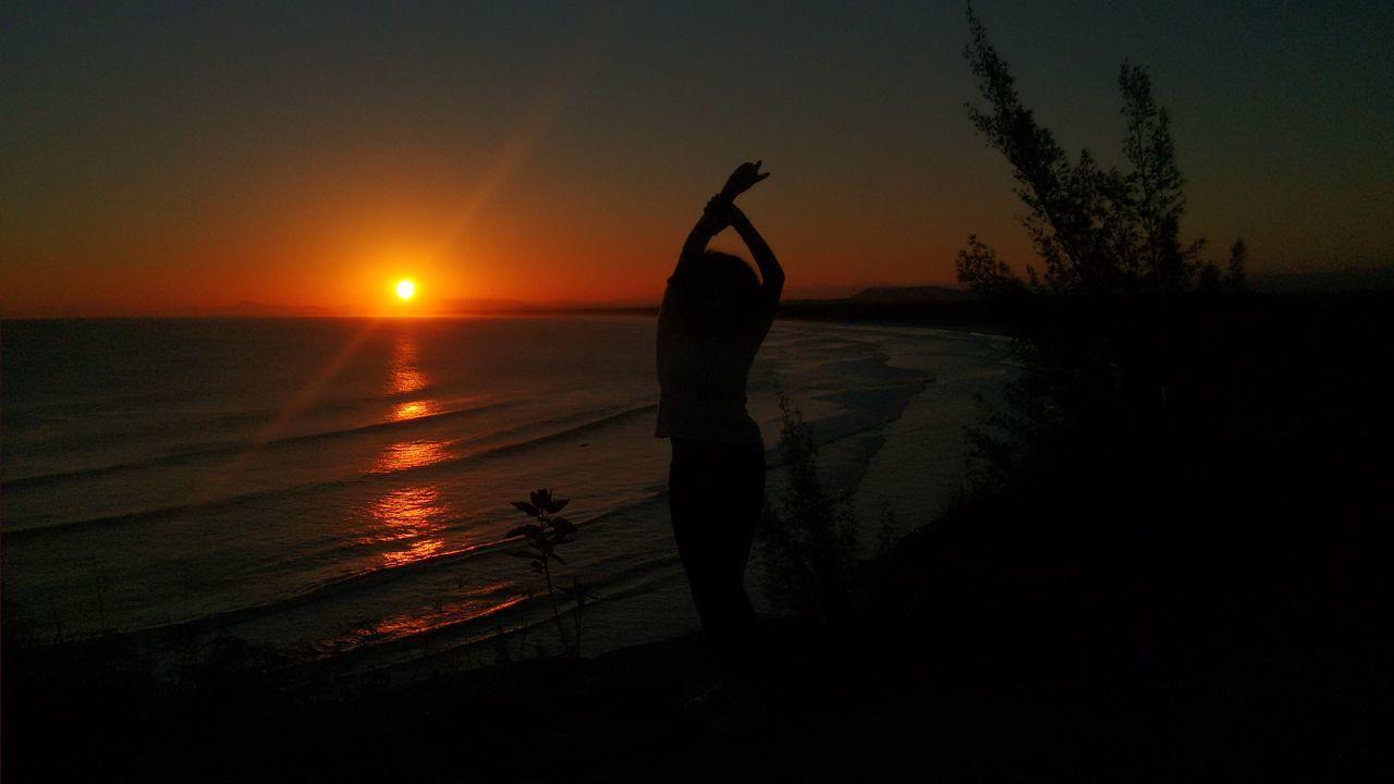 Isso é que eu chamo de ter paz e um incrível por do sol! Silhouette One Person Sunset People Beauty In Nature Tranquility Beach Full Length Sky Sea Arraialdocabo Riodejaneiro Paraíso Paradise Susent Pordosol Peace Paz Cacheada Cachos Blogueira