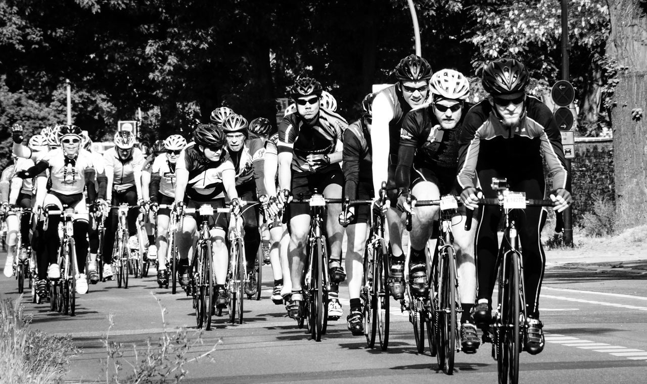 the street race ... B&w Photography B&w Street Photography Black And White Bycicle City Life Close Up Close-up Cycle Race Full Frame Large Group Of Objects Leisure Activity Lifestyles Looking Race Racecar Racing Radrennen Real People Sport Streetphoto_bw TeamFollowBack Together Working