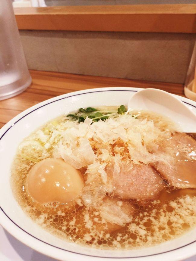 「鱗」さんの塩ラーメン。あっさりスープが美味しいのは背脂が浮いているから?コクがあります。上にはたくさんの鰹節がまぶしてあって、珍しいなーって思いました。ご馳走様でした。 大阪市 ラヲタ ラ女子 Vscocam #vsco Ramen ラーメン