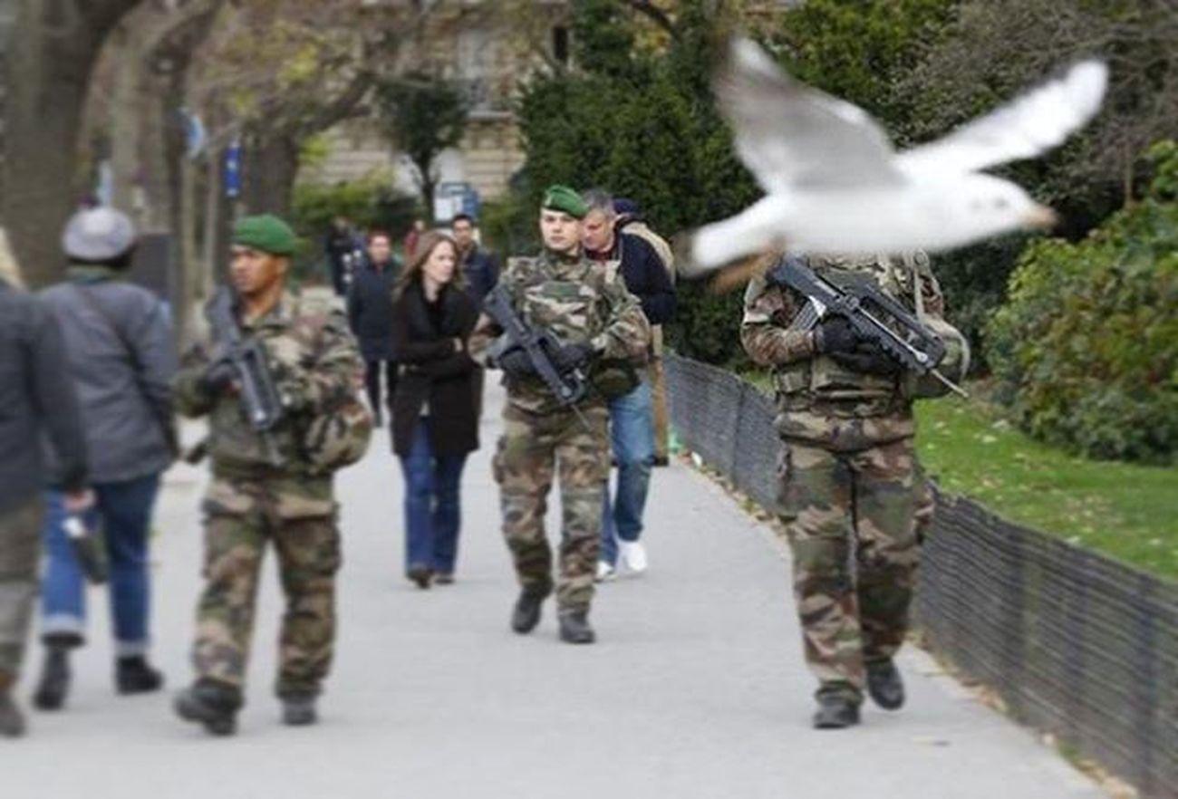 """. . . بشار_اسد : فرانسه چيزی را تجربه كرد كه ما از پنج سال پیش با آن زندگی می كنيم و آن """" تروريسم """" است . پی نوشت : وزیر خارجه عراق امروز گفت : به اطلاعاتی دست یافتیم که برخی کشورها به ویژه فرانسه، آمریکا و ایران هدف قرار خواهند گرفت . ParisAttacks Terrorism Paris France Actofwar"""