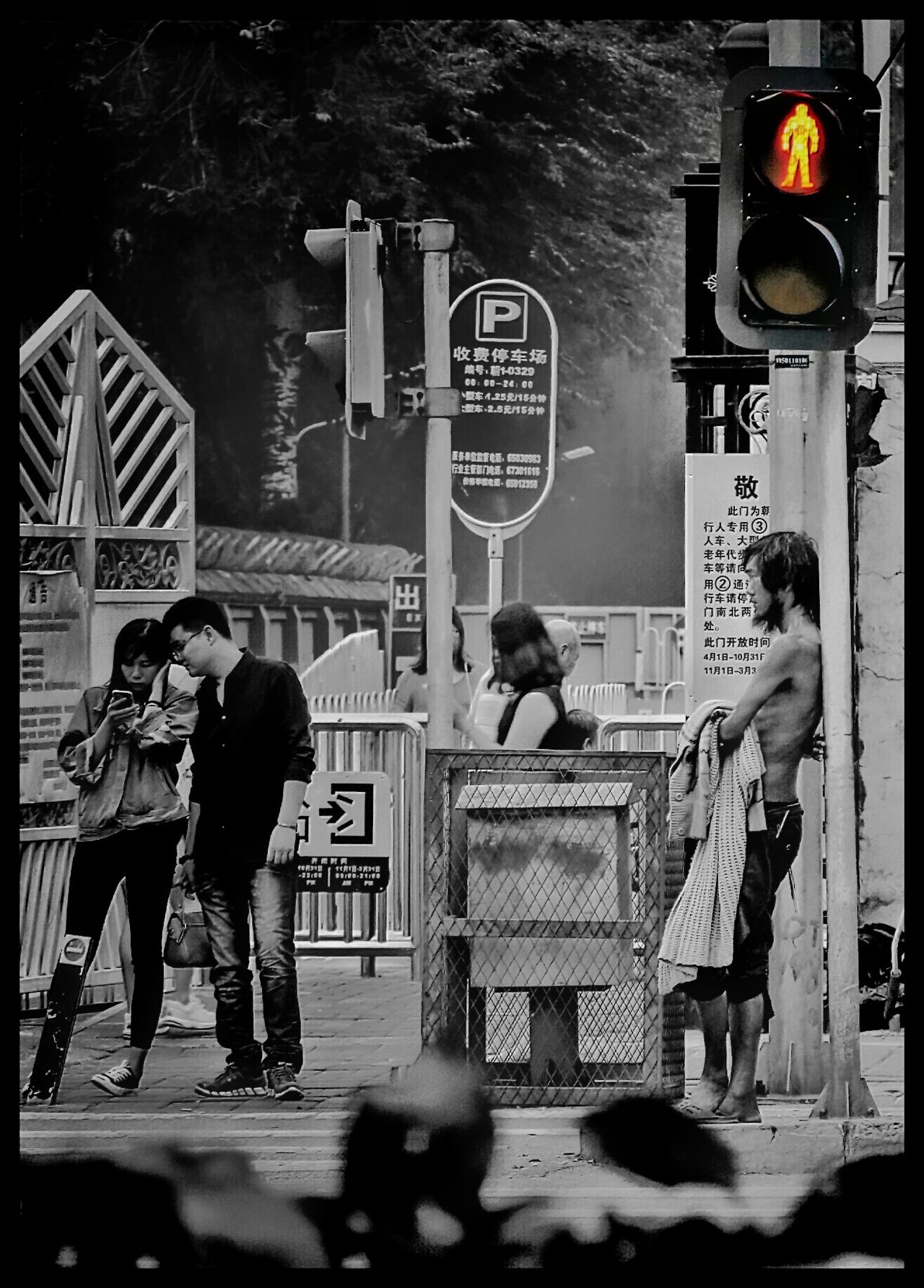 Solitude And Silence Un Homme Seul Portrait Black And White Street Street Photography Street Photos😄📷🏫⛪🚒🚐🚲⚠ Streetphotography BEIJING北京CHINA中国BEAUTY Human Interest Humaninterest Human Condition HUMANITY