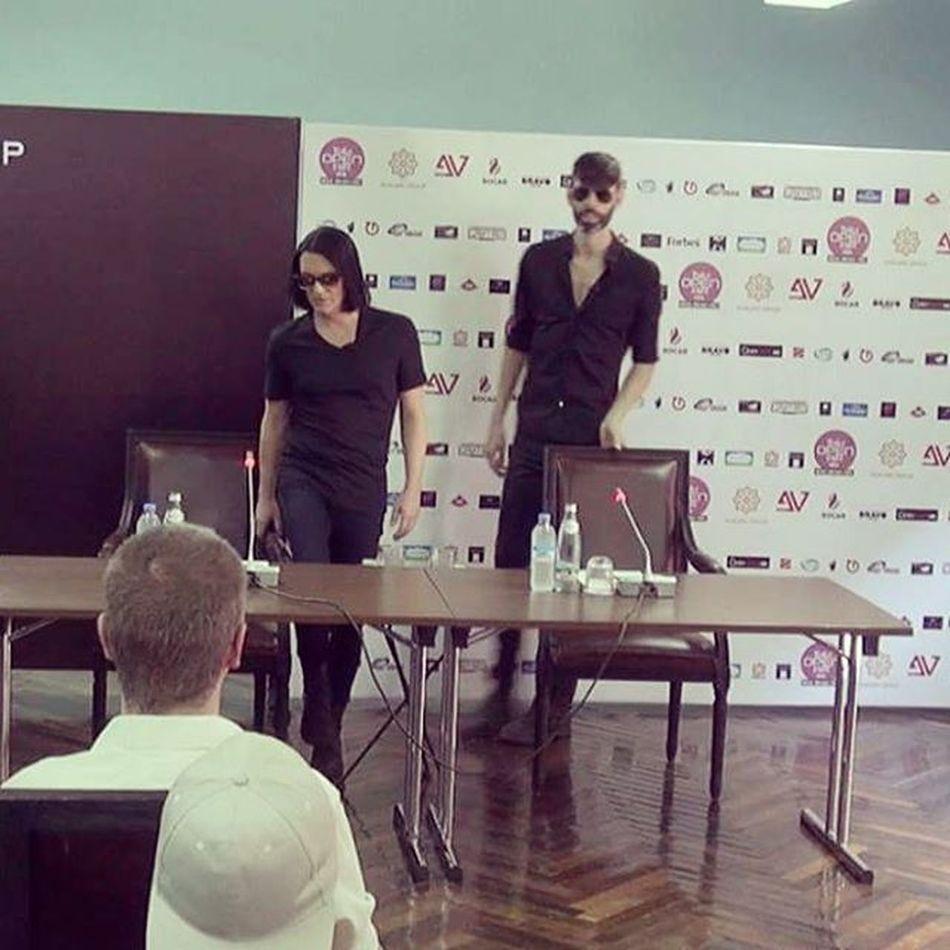 ესეც და მოვრჩი ) რომ შემოვიდნენ, პირზე ხელი ავიფარე, რომ გაურკვეველი ბგერები არ ამომეშვა და 'სირცხვილი არ მეჭამა' ))) Placebo Brianmolko StefanOlsdal Pressconference .TbilisiOpenAir