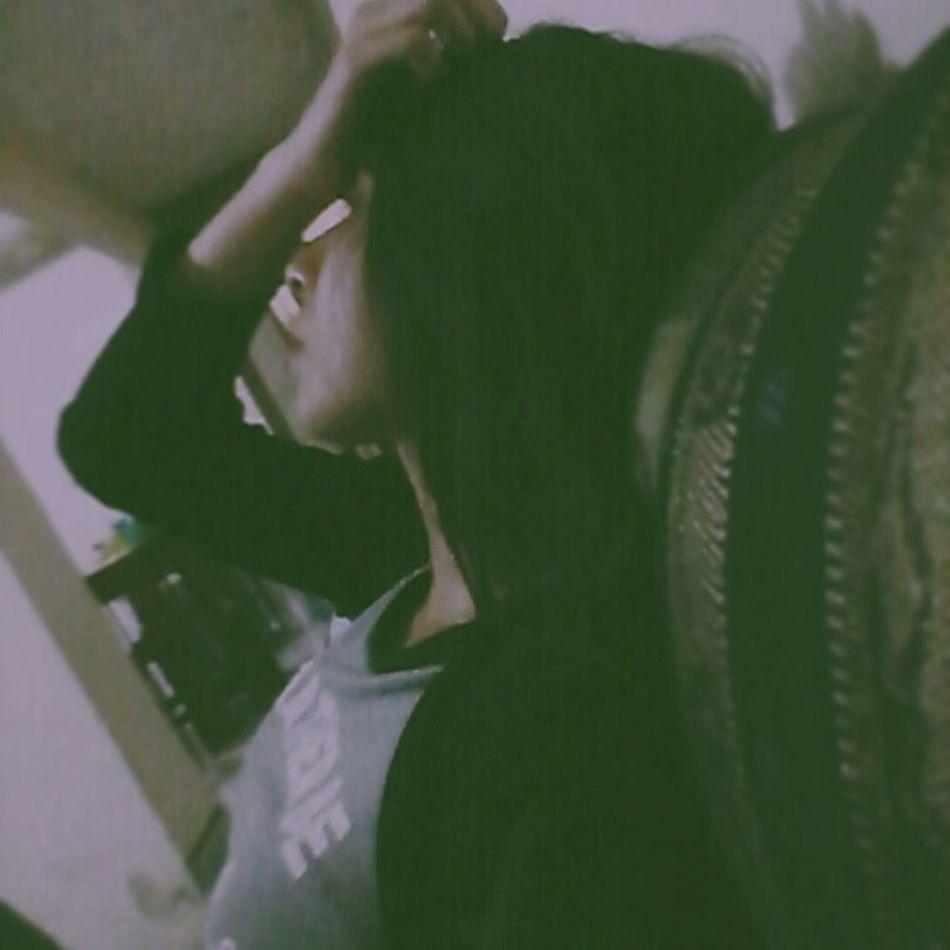 Está oscura , muerta , como el lado oculto de la luna. Sin embargo , la cámara parece haber detectado en ella un indicio. - after dark. Young Adult Casual Clothing Person Photo Vanished First Eyeem Photo Faces Of EyeEm Photography Perdida Sola Phothograph Desastre