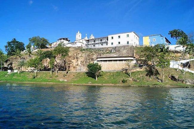 """Entre 1637 e 1645, a pacataVila do Penedo do Rio São Franciscofoi invadida pelos Holandeses, tendo seu líder CondeJOÃO MAURÍCIO DE NASSAU, ocupado um dos pontos estratégicos da Vila, a""""ROCHEIRA"""", construindo um Forte que recebeu o seu nome. Ali existia uma passagem secreta da""""Rocheira""""para o interior doForte Maurício de Nassau.O local era privilegiado para que grandes embarcações pudessem atracar, sem contar que dava ótimas condições de defesa. Texto - https://sipealpenedo.wordpress.com/ Aqui tem cultura, história e tradição ♡ Um ótimo final de semana a todos 🙏 Boa noite 🙌 Eucurtopenedo Curtapenedo Encantosdepenedo Cutlura Lazer Turismo Tradição HSF Caminhosdosaofranscsico Governodealagoas Brazil Maiorcentrohistoricodealagoas"""