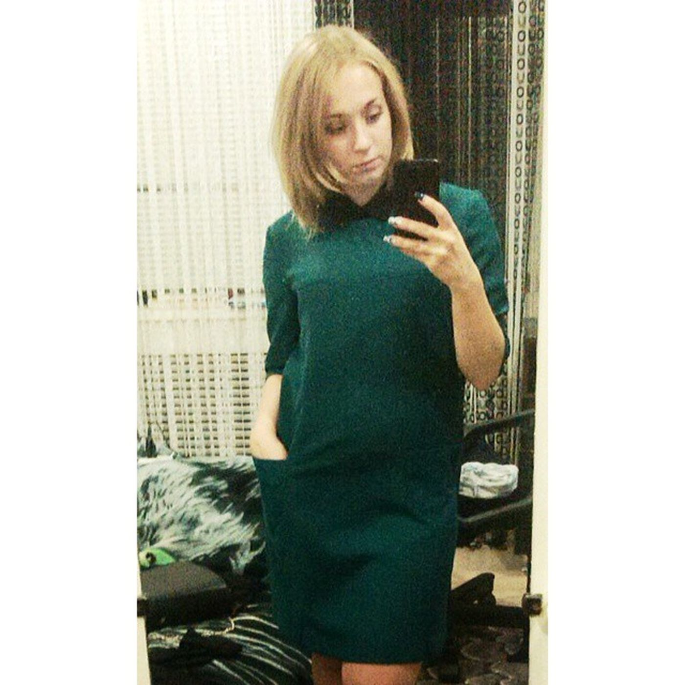 себяшка взеркале зеленое платье ???