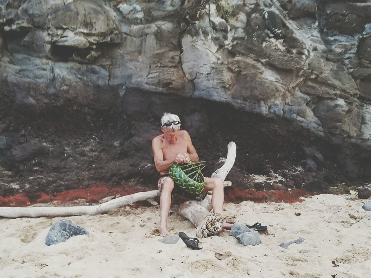 Maui, Hawaii Basket Weaving One Person Sand Outdoors Man ArtWork Crafts TALENTED PEOPLE Relaxing Time Hobbyist Old Man Of The Sea... Day Cliffside Samsung Galaxy S7 Edge Hello World