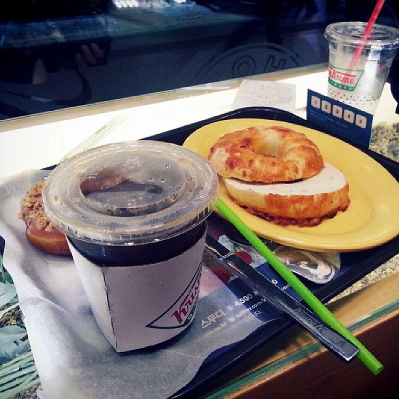 커피 한잔의 여유는 개뿔!! 버스와서 허겁지겁 ;D Ice Coffee Krispy Bagle cheese gangnam 강남 seoul 서울 korea 한국