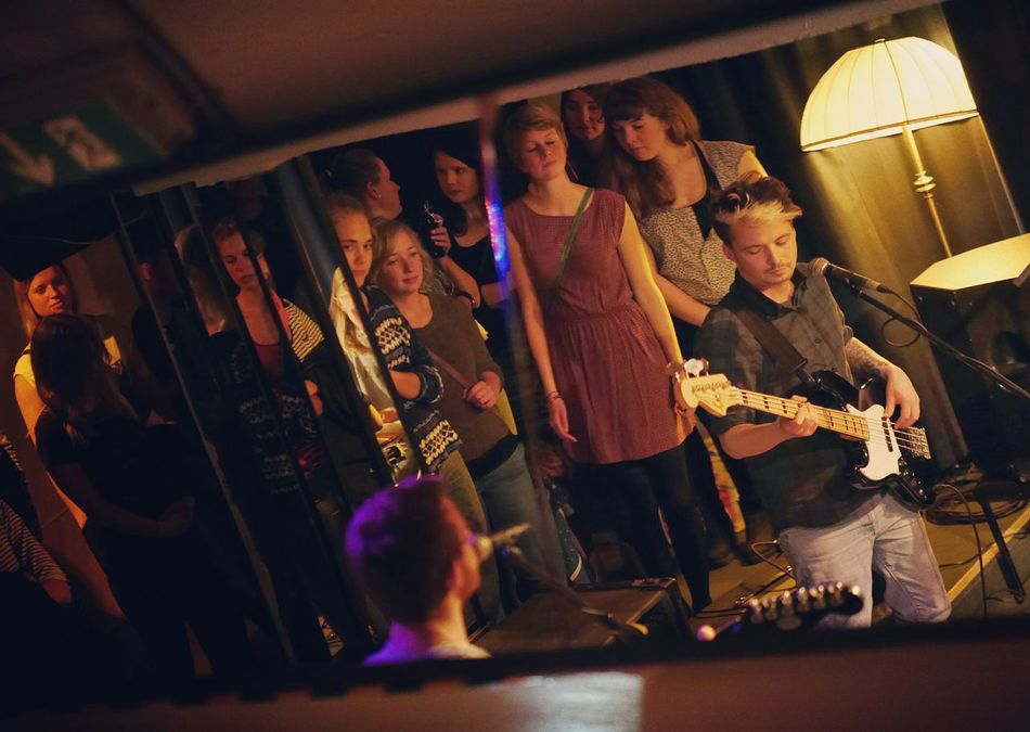 Reflecting people - MAinLoveWithCreation Listening Music Band Party People Listening To Music Mirror Reflections For The Love Of Music - 18.09.2015