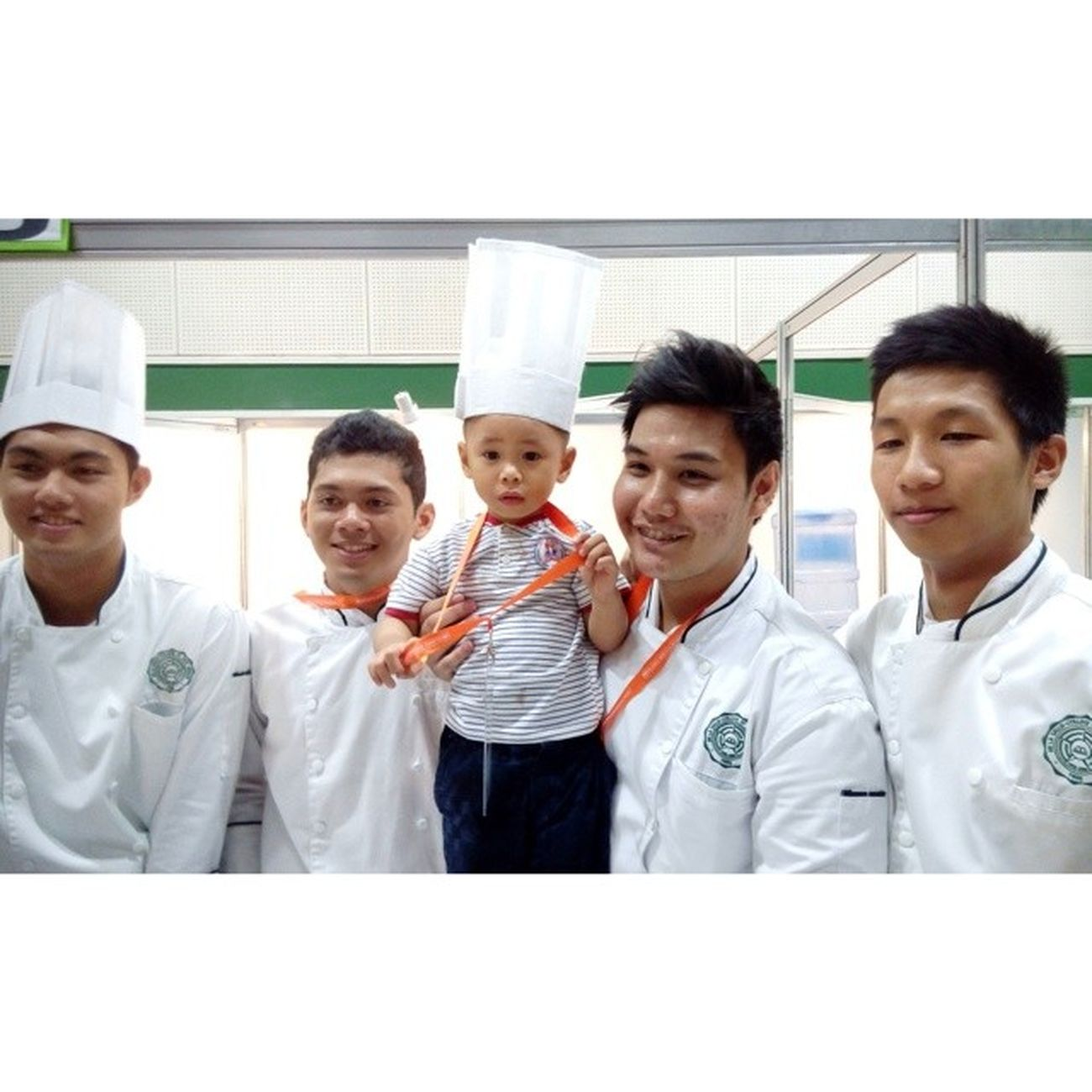 This kid wants to be a chef (his mom said)... so here's the lil chef with the Benildeans in Market Basket Competition! ? YHE MAFBEX Oscarselfie Themanansala lilchef
