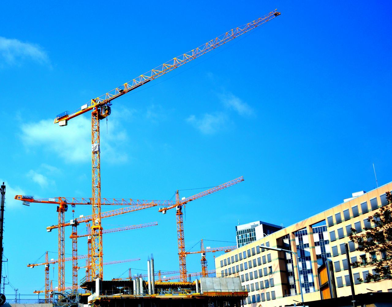 Cranespotting Crane - Construction Machinery Crane Cranes Craneporn Yellow Building Buildings & Sky Built Structure BuildingPorn Cranes And Construction Crane Truck